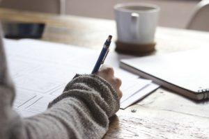 bras tenant stylo qui écrit